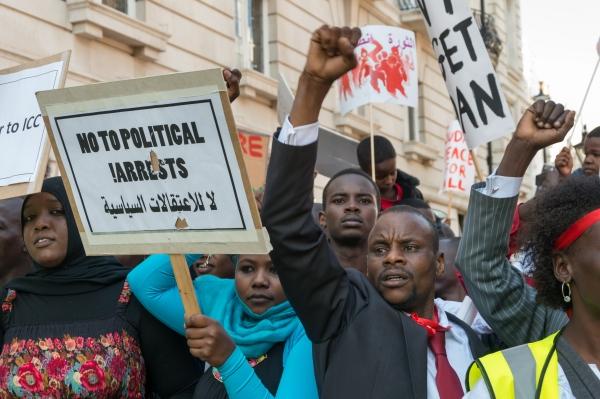 مظاهرة أمام سفارة الخرطوم في لندن تندد بحملة الاعتقالات التي تطال المحتجين في السودان